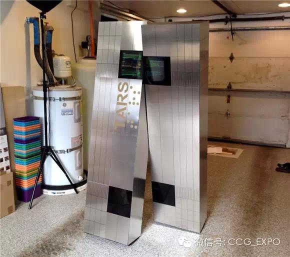 还记得《星际穿越》里的机器人塔斯(TARS)吧?它风趣幽默,又万能靠谱,在大白出现之前,人人叫嚣着最想要的机器人就是它了。而现在真的有人把它做出来了! 设计师Ian Heath最近花了3个月时间来还原这个人见人爱、花见花开的机器人。看这标志性的金属外观,这走起来笨重又傻乎乎的劲,仿真度高达99%!  Heath先用木头做出框架,再用薄薄的金属板覆盖表面,以两台iPad伪装液晶显示屏。而为了让效果更逼真,他还安装了音效系统。    但这仅仅是180度还原,因为这只是一套超逼真的cosplay服装。这个重40
